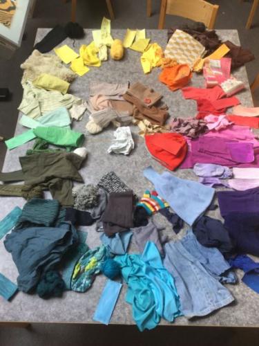 Kläder ligger i en cirkel i färgkoordinering.