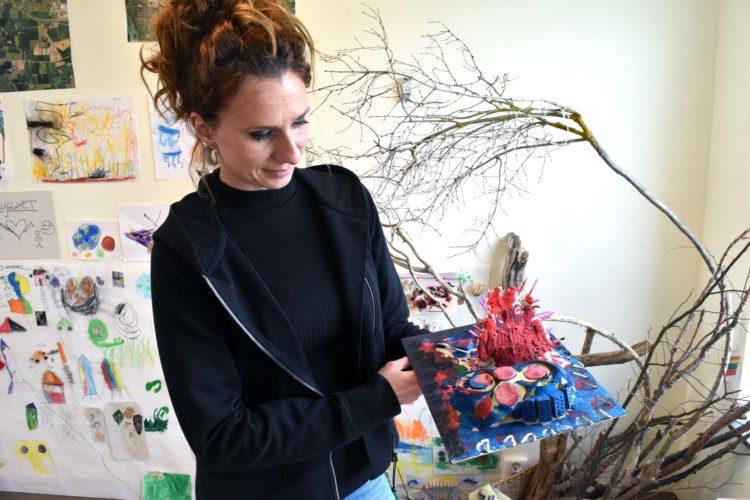 Izabela Morzynska, barnskötare på Bladbaggens förskola, visar barnens modell över hur studsmattor på en framtida lekplats skulle kunna se ut.