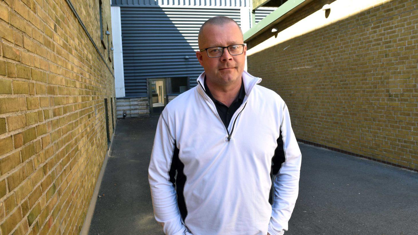 Mikael Svensson, koordinator på Malmö lärlingscenter, står utanför skolbyggnaden.