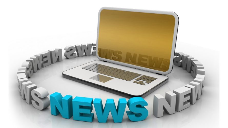Ordet news står i en cirkel och omringar en bärbar dator
