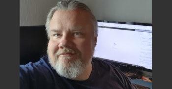 Patrik Sandberg, förstelärare på Komvux Södervärn framför sin dator.
