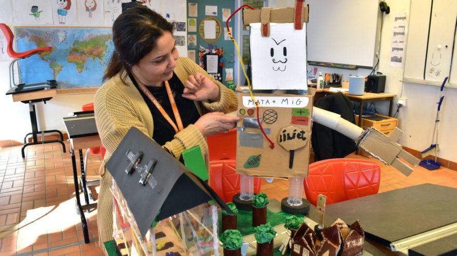 Rana Abi Haidar, lärare i NO, SO och teknik på Lindängeskolan, visar elevernas kompostrobot.