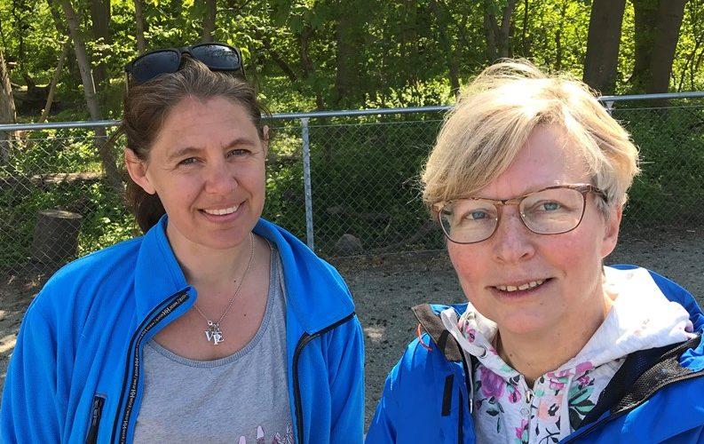 Tina Kruuse och Maria Larsson på skolgården.