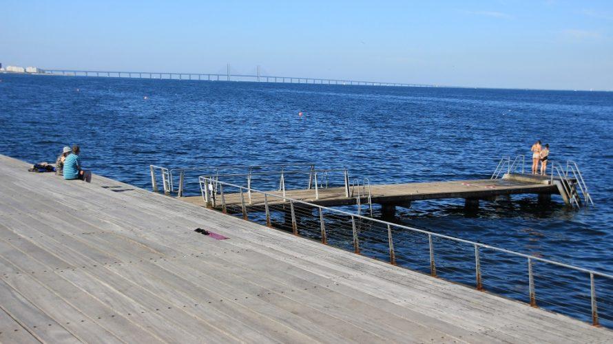 Barn står längst ut på brygga redo att hoppa i Öresund.
