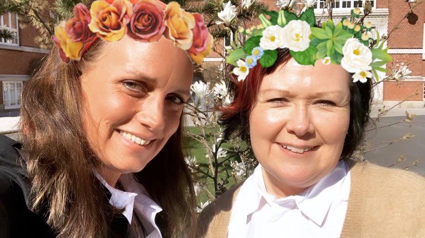 Ulrika Wirgin och Nina Svensson med blomsterkransar i håret.