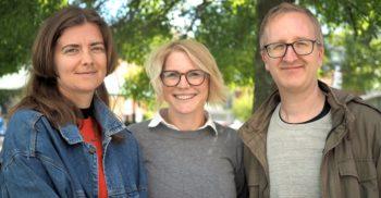 Pedagog Malmös redaktörer står utomhus framför ett träd.