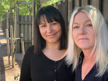 Catalina och Marie står utomhus.