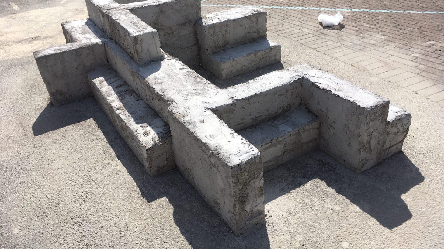 Stenstaty bildar sittplatser på skolgården.