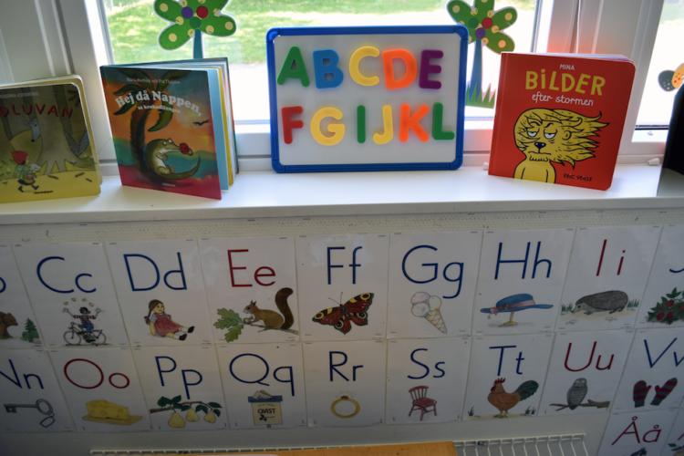 Uppställda böcker och bilder med bokstäver på Kullabäckens förskola.