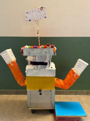Kartong och annat material format till en robot.