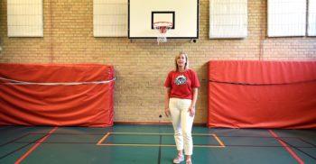 "Sofia Castegren står i Lorensborgsskolans gymnastiksal med en basketkorg bakom sig. På hennes t-shirt står det ""Hemmaplan""."