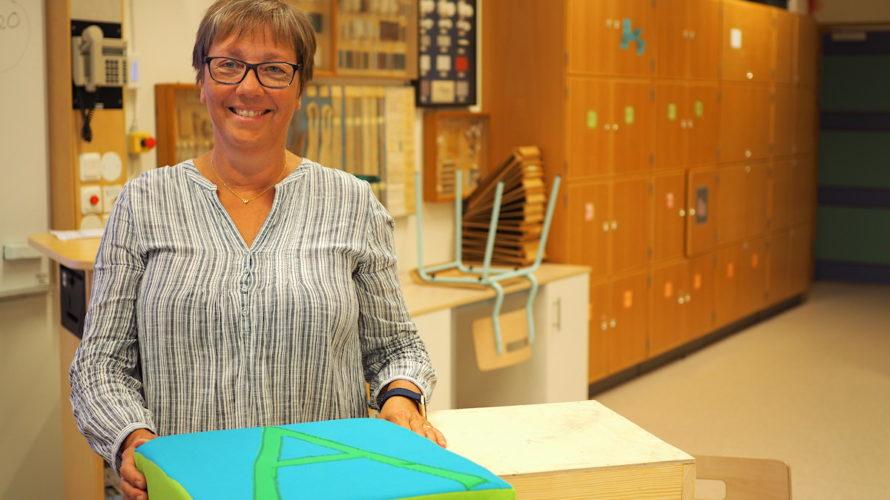 Monika Nilsson slöjdlärare Rosengårdsskolan i en slöjdsal.