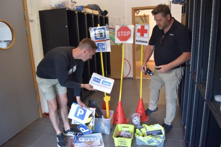 Peter Hyllengren och Stefan Bäckman tittar på trafikskyltar de gjort till barnen.