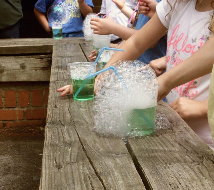 I såpbubblorna finns luft. Här kan man se att luft tar plats.
