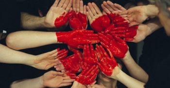 Händer hålls fram i mitten och tillsammans bildar de ett hjärta.