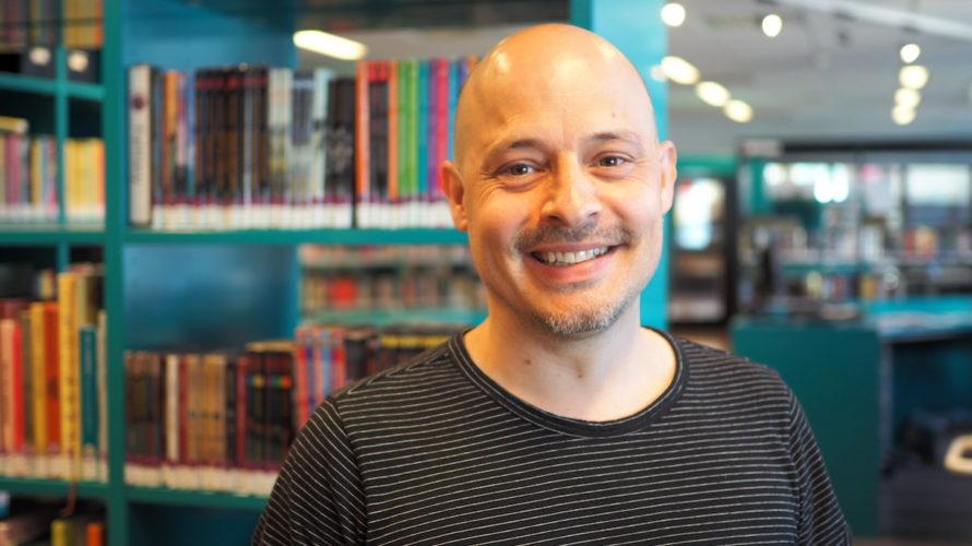 Fredrik Lindskoug, skolbibliotekarie i biblioteket.