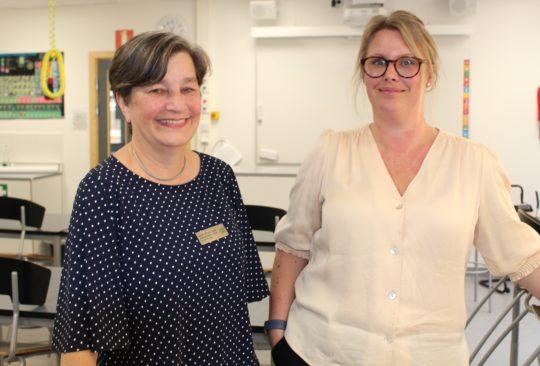 Merete Wessel Larsen och Sandra Mannsdorff i klassrummet.
