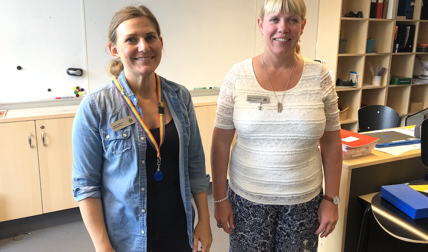 Jenny Hilborn och Petra Gunnarsson står i ett klassrum.
