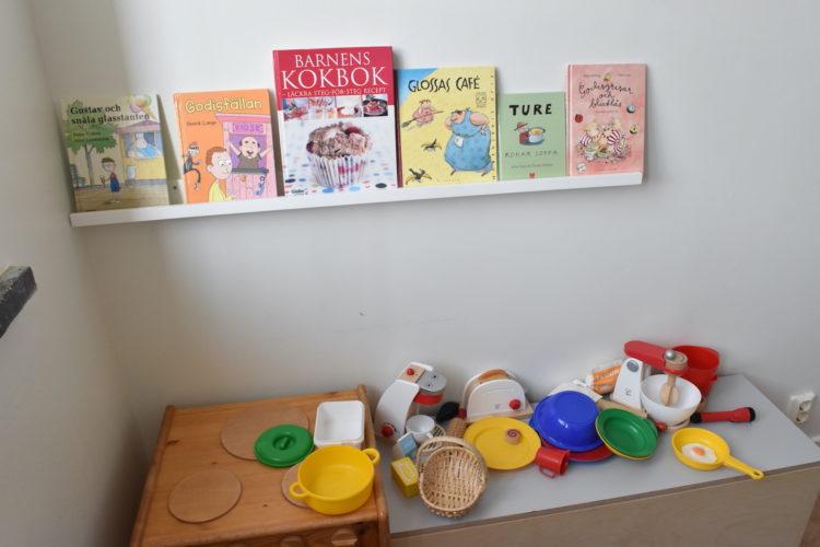 Kokböcker för barn uppställda på hylla.