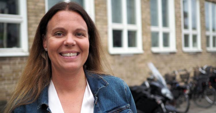 Malin Pantzar står utanför Sofielundsskolan.