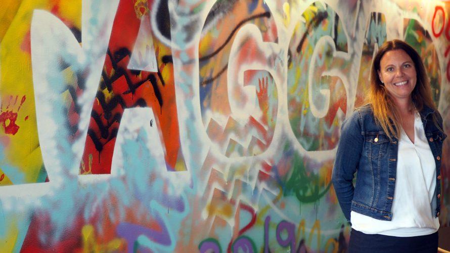 Malin Pantzar framför grafittivägg.