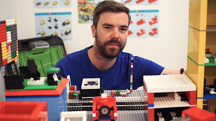 Niclas Karlsson, fritidslärare bland lego.