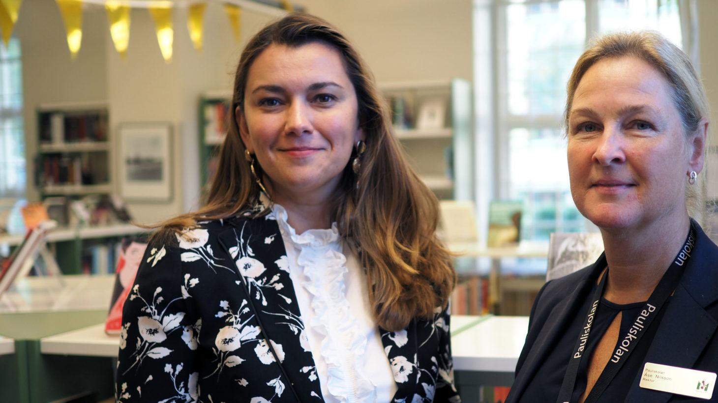 Tajana Krznar och Åse Nilsson står i Pauliskolans mediatek.