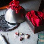 Ett silverfat med rådjursbajs, en skattkista med ett rött sammetstygstycke, stenar som målats och gjorts till stenfolket.
