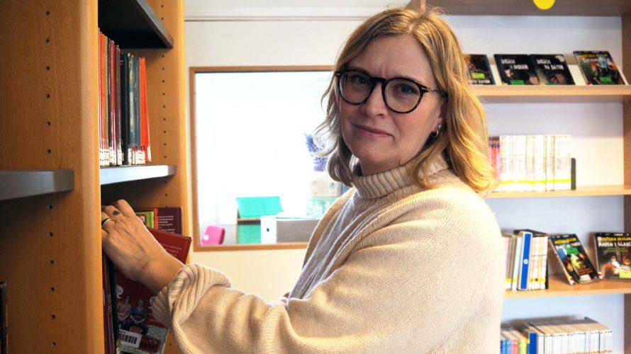 Petra Hammenskog sätter tillbaka böcker i hyllorna i Kungshögsskolans bibliotek.