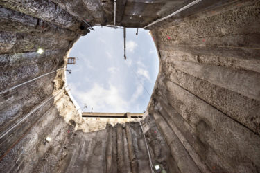 Ett stort hål fotograferat från botten och uppåt.