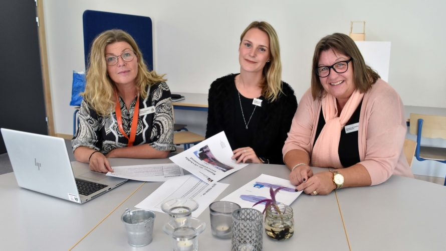 Kristina Svensson, Emelie Moltzer och Madeleine Hall Gustafsson sitter vid ett bord med papper och laptop framför sig.