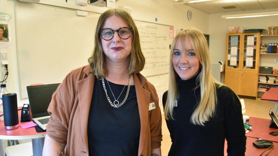 Moa Danielsson och Sophia Oderup står framför en whiteboard i ett klassrum.