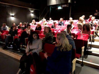 Ett trettiotal deltagare sitter och diskuterar med varandra i Kirsebergsteatern.