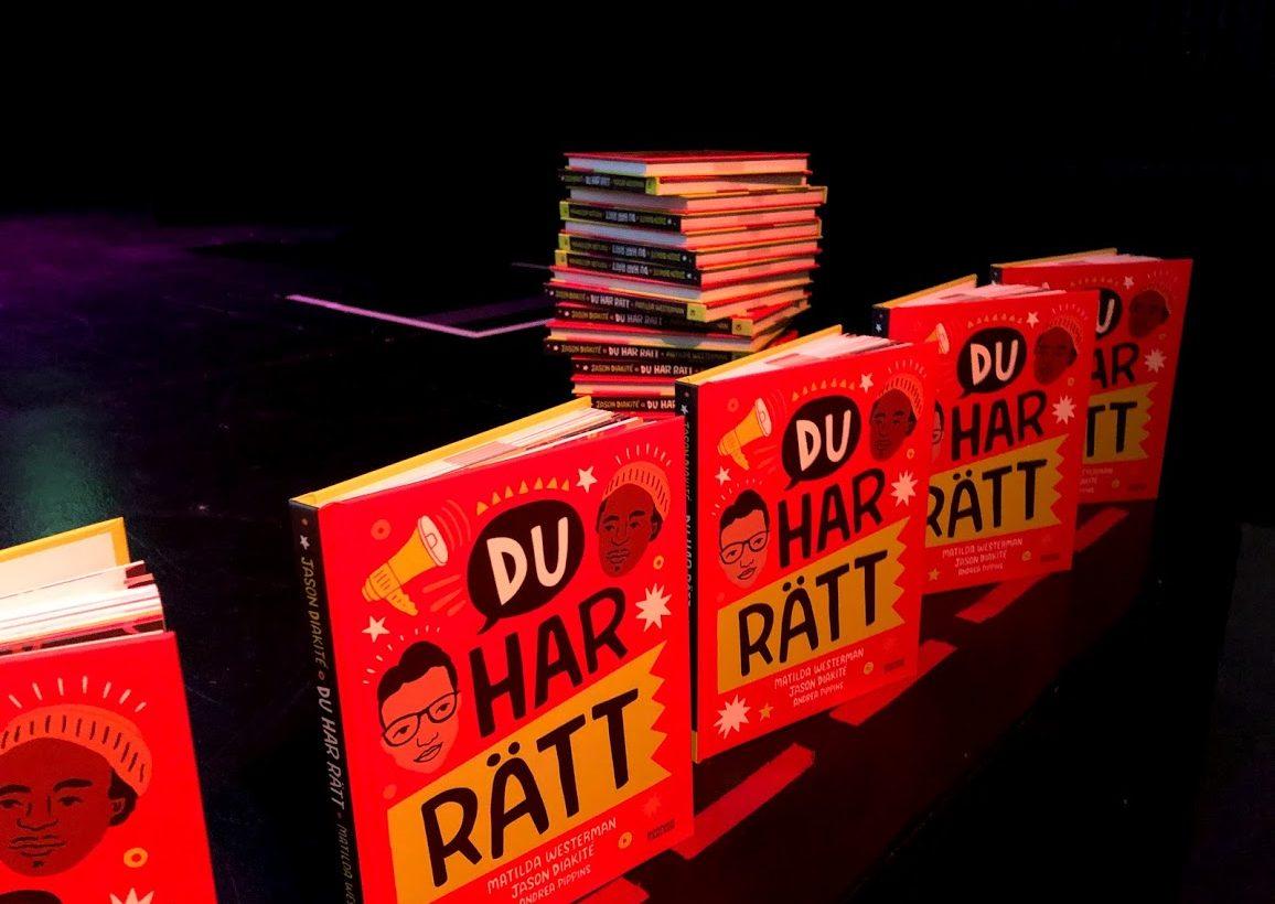 Boken Du har rätt står uppradade i flera exemplar på scenkanten.