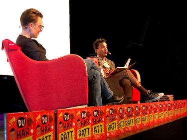 Matilda Westerman och Jason Diakité sitter i varsin röd fåtölj.