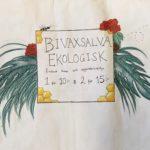 Handskriven lapp med texten: Bivaxsalva ekologisk, endast bivax och vegetabilisk olja, 1 för 10 kronor & 2 för 15 kronor.