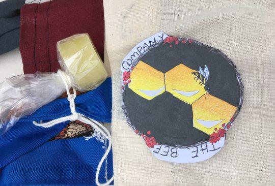 Olika saker som eleverna gjort, exempelvis en företagslogga och en egentillverkad tvål.