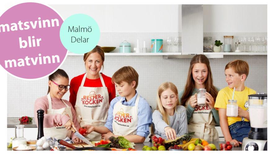 Fem barn och en vuxen står på rad i ett kök. På förklädena står det Rester-kocken.