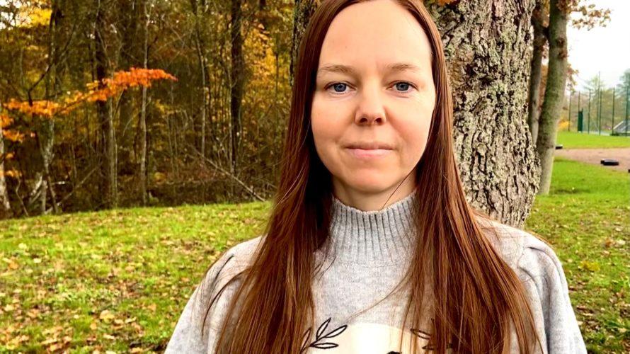 Porträttbild på Ingela Cedervall med träd i bakgrunden.