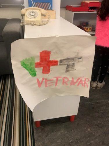 Lapp med rött kors och texten vetrnär skrivet av ett barn