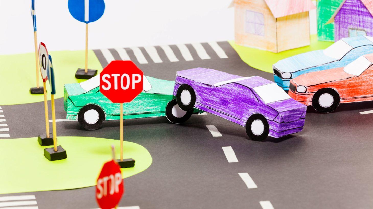 Lekmiljö med bilar, gator och trafikskyltar.