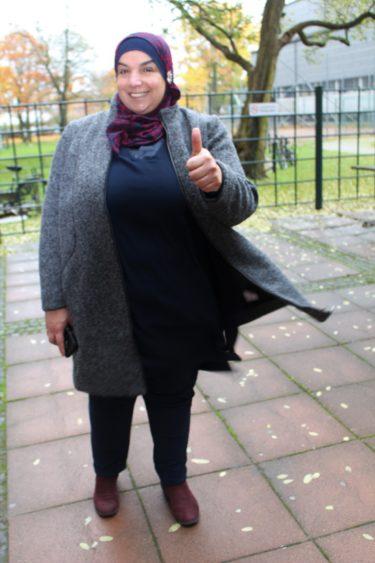 Språkcentralens modersmålslärare Faouzie Shamali gör tummen upp.