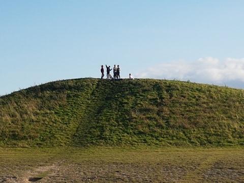 En grupp barn står på en kulle.