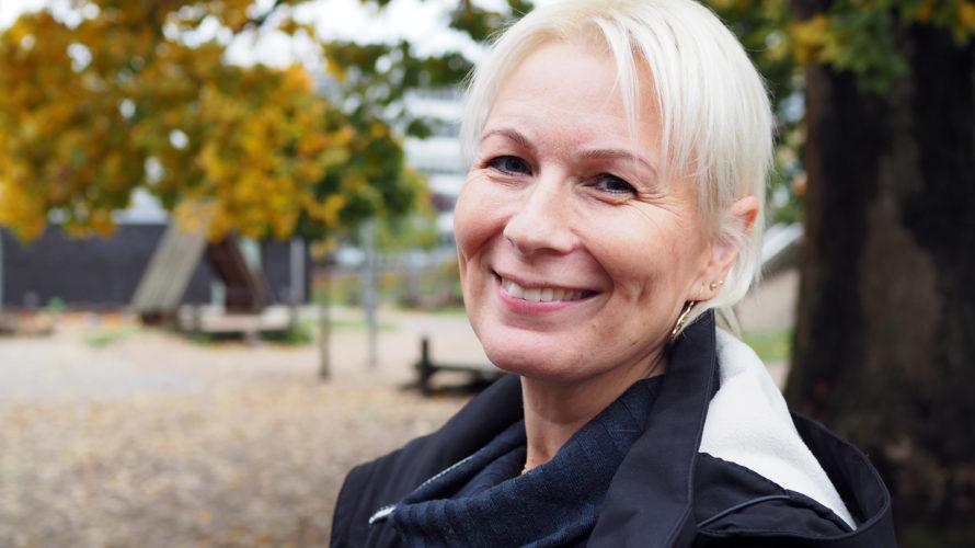 Helena Ljungdahl Tofftin står på förskolans gård.