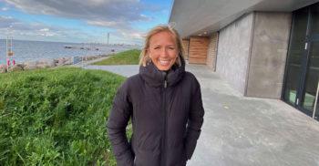 Linn Hörnfalk står utomhus med Öresund och Turning Torso i bakgrunden.