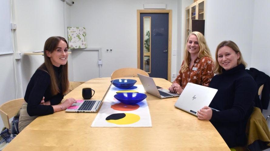 Malin Karlsson, Malin Rosengren och Rebecka Krassow, mentorer i årskurs sex på Kungshögsskolan, sitter vid ett bord.