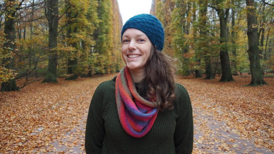 Halvbild på Lina Karlström i Pildammsparken omgiven av träd i höstens färger.