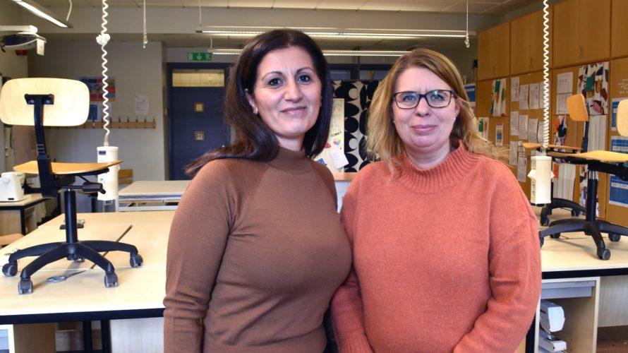 Sema Björk och Sarah Hederstierna står i Apelgårdsskolans slöjdsal.