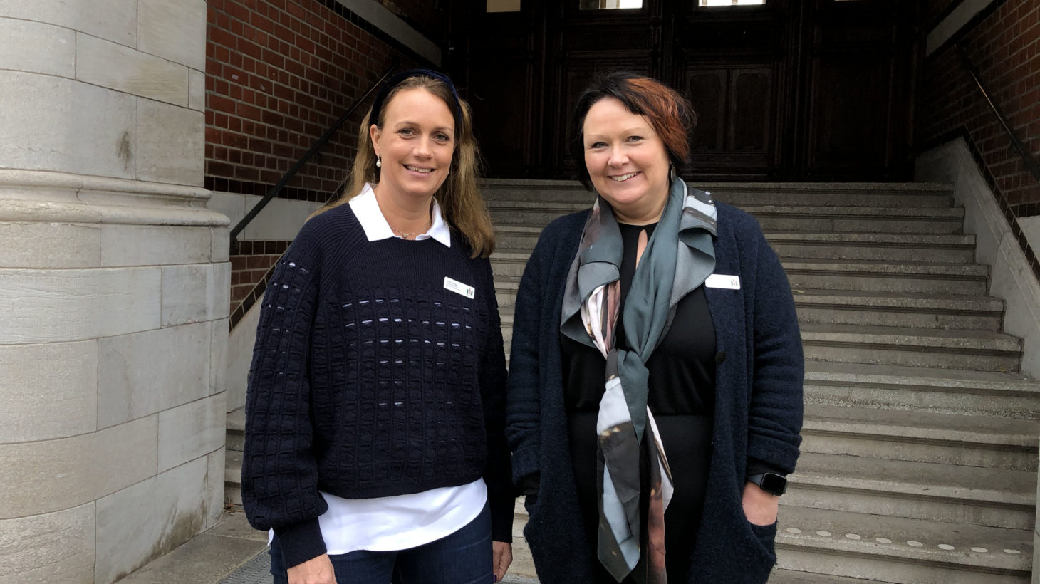 Ulrika Wirgin och Nina Svensson står utanför ingången till Mellersta Förstadsskolan.