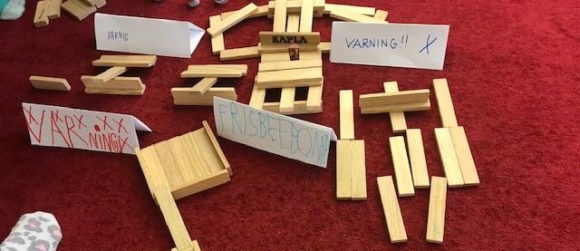 Kaplastavar med handskrivna varningslappar.